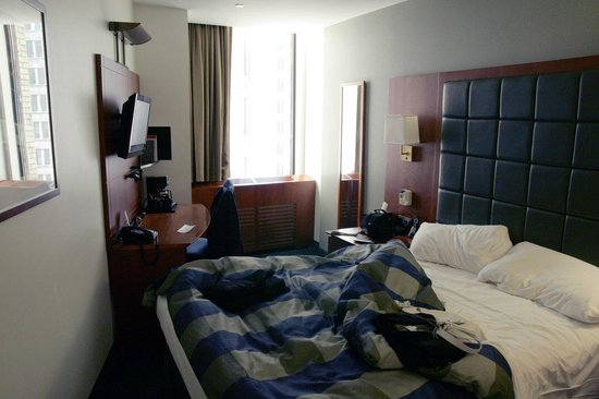 Club Quarters Hotel, Central Loop: Awkward layout/size of room
