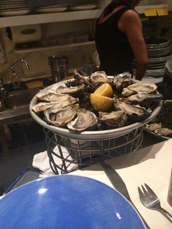 Huitrerie Regis : A dozen oysters