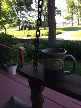 The Australian Walkabout Inn Bed & Breakfast : Coffee on the Front Porch while sitting on the Swing