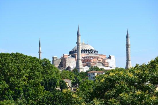 """Hotel Sultania: Blick von der Terrasse des Restaurants """"Olive"""" auf die Hagia Sophia"""