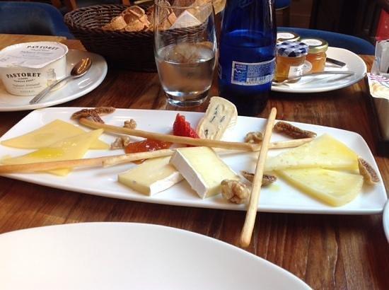 Hotel Cort: plateau de fromage au petit dejeuner