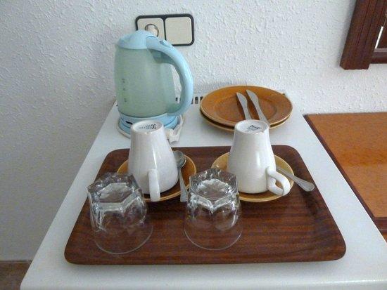 Hostal de la Caravel-la II: Frigo, bollitore, set colazione