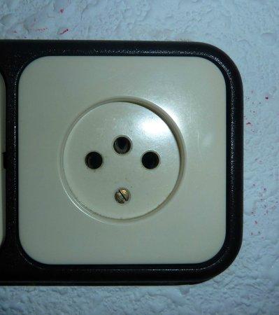 Hostal de la Caravel-la II: Ricordatevi che le prese elettriche in Spagna hanno solo 2 fori....