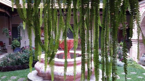 La Casona de Antigua: fuente central del hotel