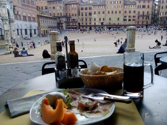 Il Bandierino: melon with proscuitto ham and mozzarella