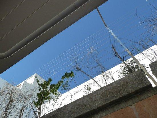 Hostal de la Caravel-la II: Vista dal patio camera 303