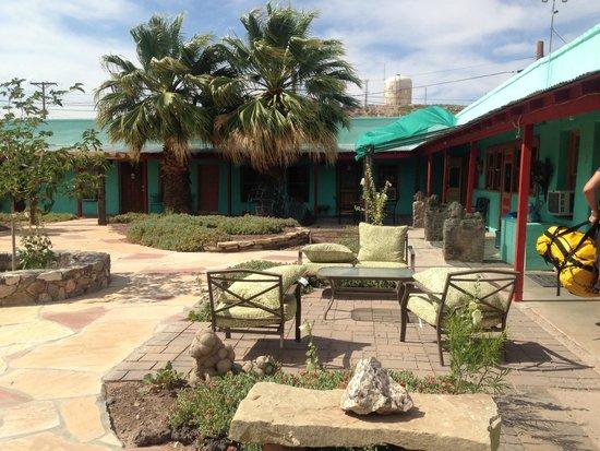 Fire Water Lodge: courtyard