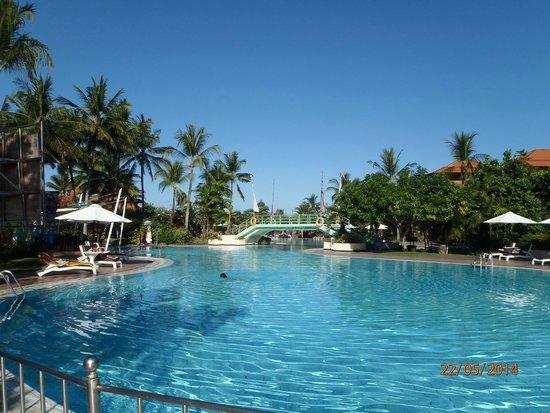 Ayodya Resort Bali: Ein Poll in innen der Anlage