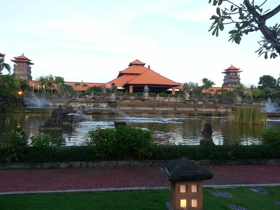 Ayodya Resort Bali: Die Einfahrt zum Hotel.