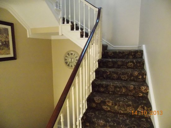 Emmet House Bed & Breakfast: Staircase upon entrance.