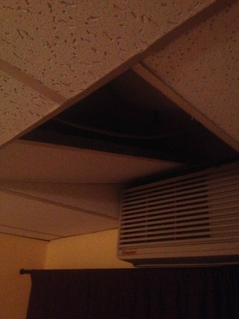 La Semana Hotel: Missing ceiling above the bed