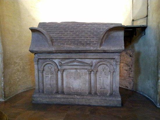 Basilica San Lorenzo Maggiore : tomb