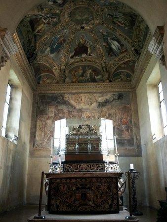 Basilica San Lorenzo Maggiore : Inside the chapel of San Aquilino