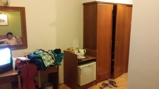 Wira Hotel: Tables and cupboard