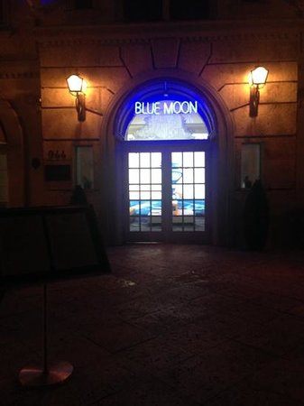 Blue Moon Hotel, Autograph Collection: walk up at night