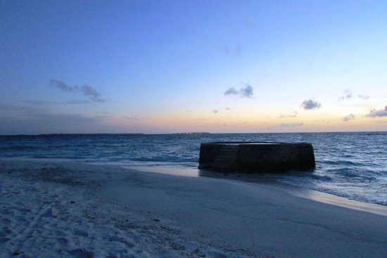 Makunudu Island : Sunset view from the back of the island.