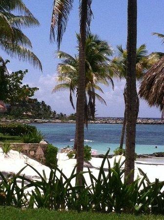 Villas Del Mar: Beach to the left. Omni area.