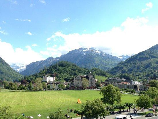 Victoria Jungfrau Grand Hotel & Spa: Напротив отеля