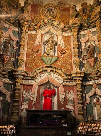 Mission San Xavier del Bac : Side altar