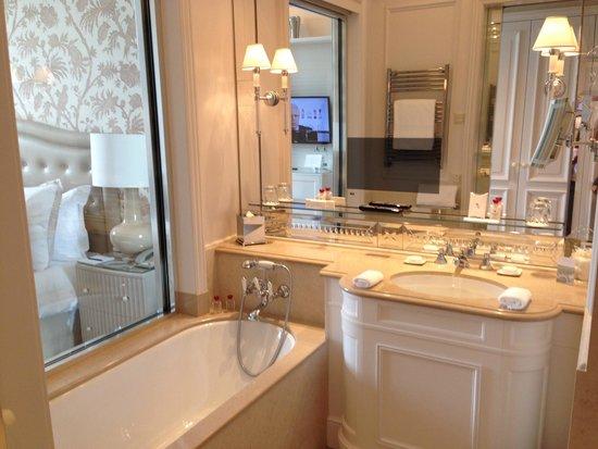 Beau-Rivage Palace: Просторная ванная комната