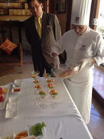 SUMAQ Machu Picchu Hotel: Sous-chef do restaurante do hotel ensina a fazer ceviche