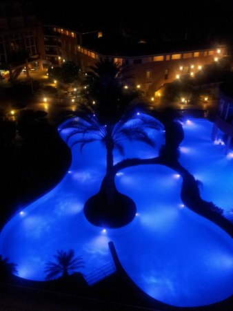 Divi Aruba Phoenix Beach Resort: The pool lighting changes color!
