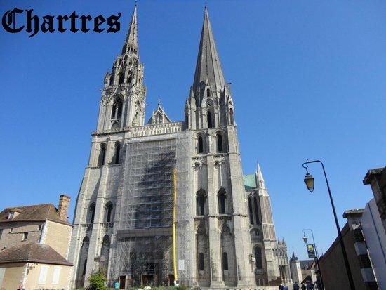 Tour de la Cathédrale de Chartres : Um dos maiores exemplos góticos do mundo.
