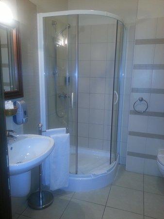 Hotel Bassiana: Modern bathroom