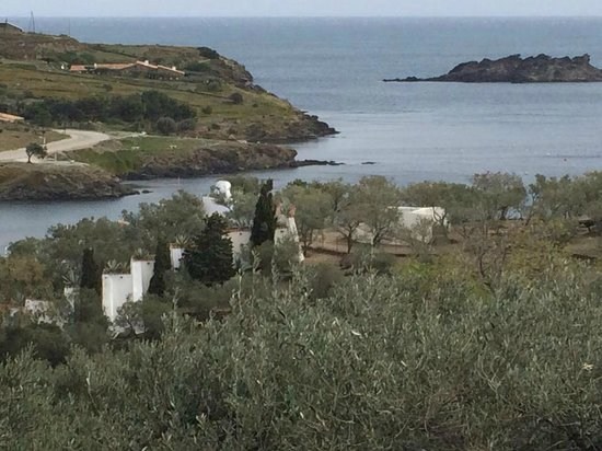 Casa-Museo de Dalí: вид на дом с горы
