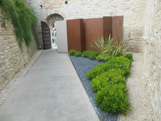 Nun Assisi Relais & Spa Museum: View of Entry to Street From Courtyard