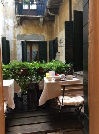 Locanda Poste Vecie: breakfast overlooking a small courtyard