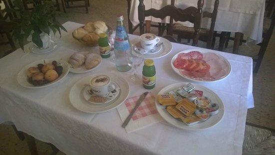 Hotel Cantaleone: Colazione da campioni con frutta di stagione!