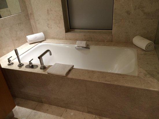 The Ritz-Carlton, Dubai International Financial Centre: Baignoire