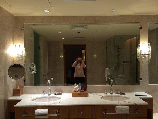 The Ritz-Carlton, Dubai International Financial Centre: La salle de bain