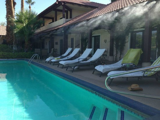 La Maison Hotel: Misters for cooling off during hot afternoons