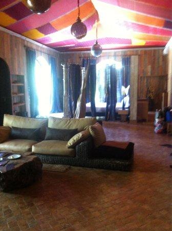 Lodge K Hotel & Spa: Le salon avec Tv et câble , pour ce qui ne veulent pas sortir vous avez toutes les chaînes franç
