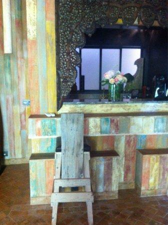 Lodge K Hotel & Spa: Le mini bar avec machine à café , mini chaîne pour écoutée de la music , boissons fraîche ( y co