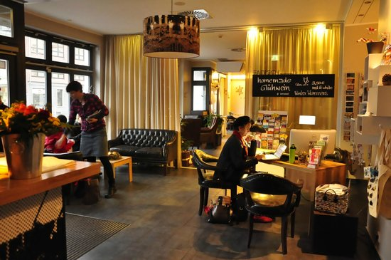 The Circus Hotel: Reception mot lounge/restaurang