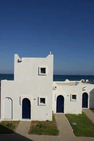 The Aeolos Beach Hotel: Sicht auf Bungalos und Meer/Hotelanlage