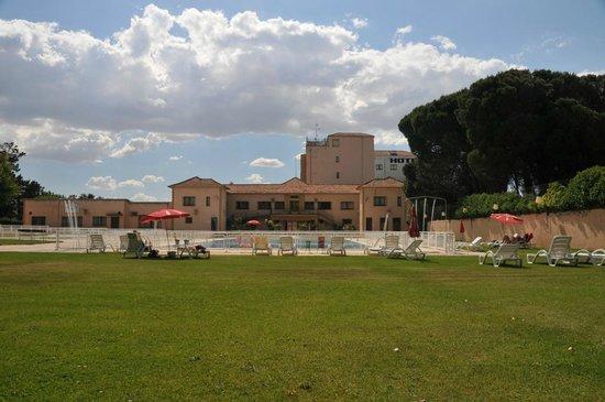 Hotel Regio: Grasveld bij het zwembad