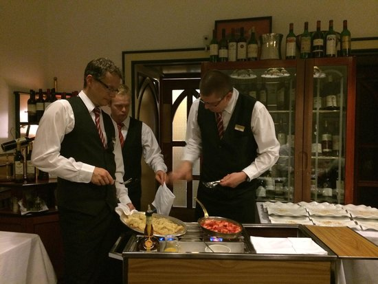 Hotel Promenada Restaurant: 3 waiters were working on our Crepes Suzette