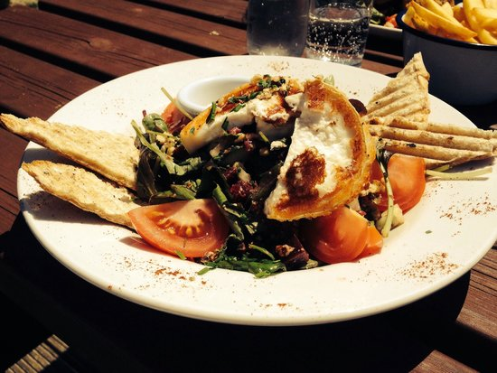 Plemont Beach Cafe: Goats cheese, beetroot and walnut salad ! Yum