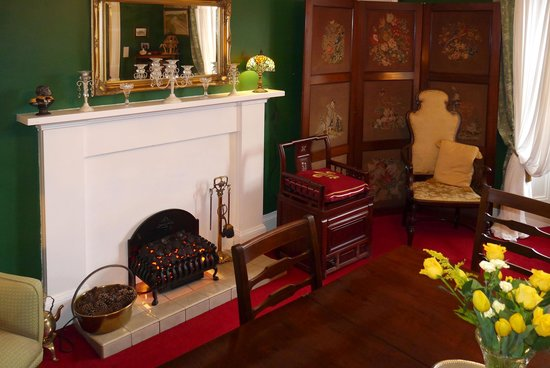 The Braighe Bed and Breakfast: Fireplace in dining room