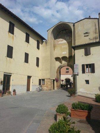 Il Chiostro di Pienza: entrance to city