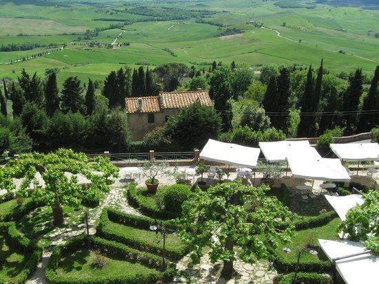 Il Chiostro di Pienza: view of lunch terrace from above