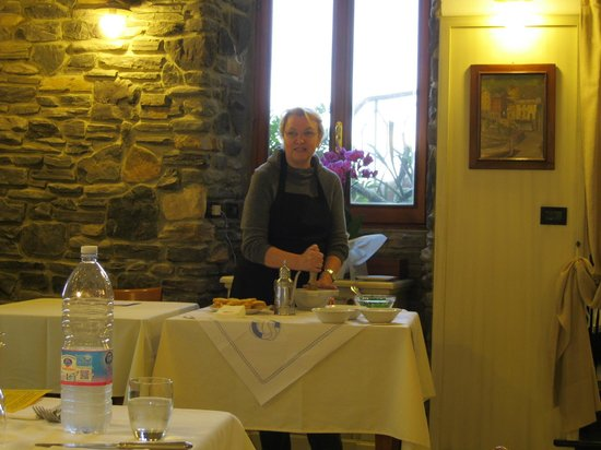 Hotel Pasquale : Pesto demo in restaurant