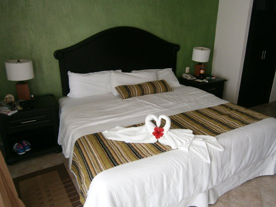 El Cid La Ceiba Beach Hotel: bedroom, towel animals every day