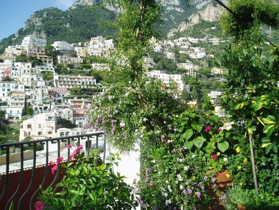 Villa Rosa: お隣のベランダとは緑の間仕切りで