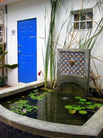 Tres Palmas Inn: Lovely pond