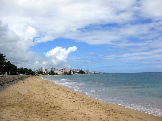 Tres Palmas Inn: Beach across the street